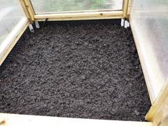 Remplissage du potager sureleve avec terre et compost