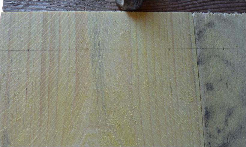 Avec une jauge de charpentier, tracez l'emplacement des vis sur toutes les planches du carré de potager.
