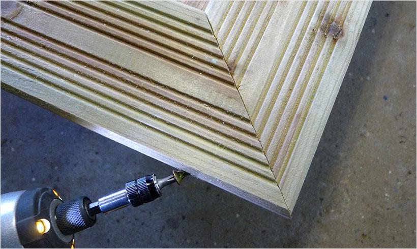 Avec des vis de 70 mm vissez les angles du cadre de finition