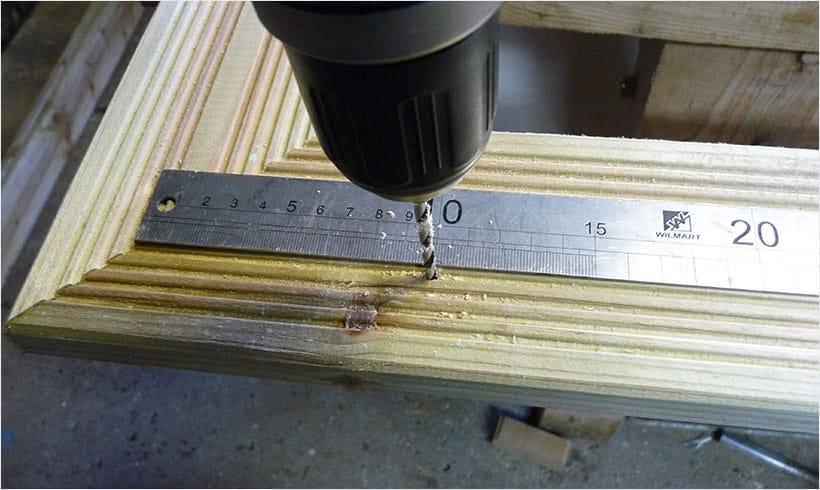 Pré percez les lames de terrasse avant de poser le cadre de finition.