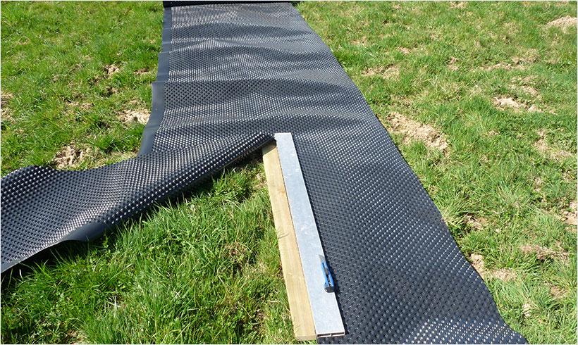 Découpez la protection plastique à l'aide d'une planche et d'un cuter.