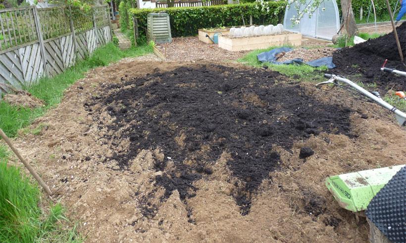 J'utiliser un motoculteur pour brasser la terre végétal et le compost. Je vous recommande les motoculteur à 2 roues.