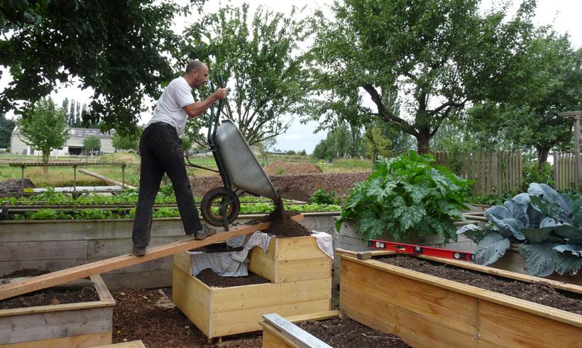 Pour faciliter le remplissage des carrés de potager, vous pouvez utiliser une rampe faites avec un bastaing de charpente.