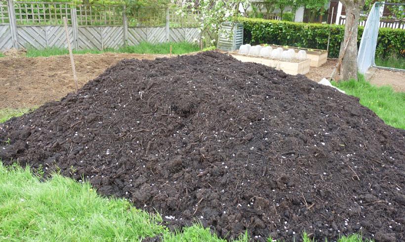 Le remplissage des carrés de potager est l'occasion d'amender la terre. Il ne faut pas manquer cette occasion.