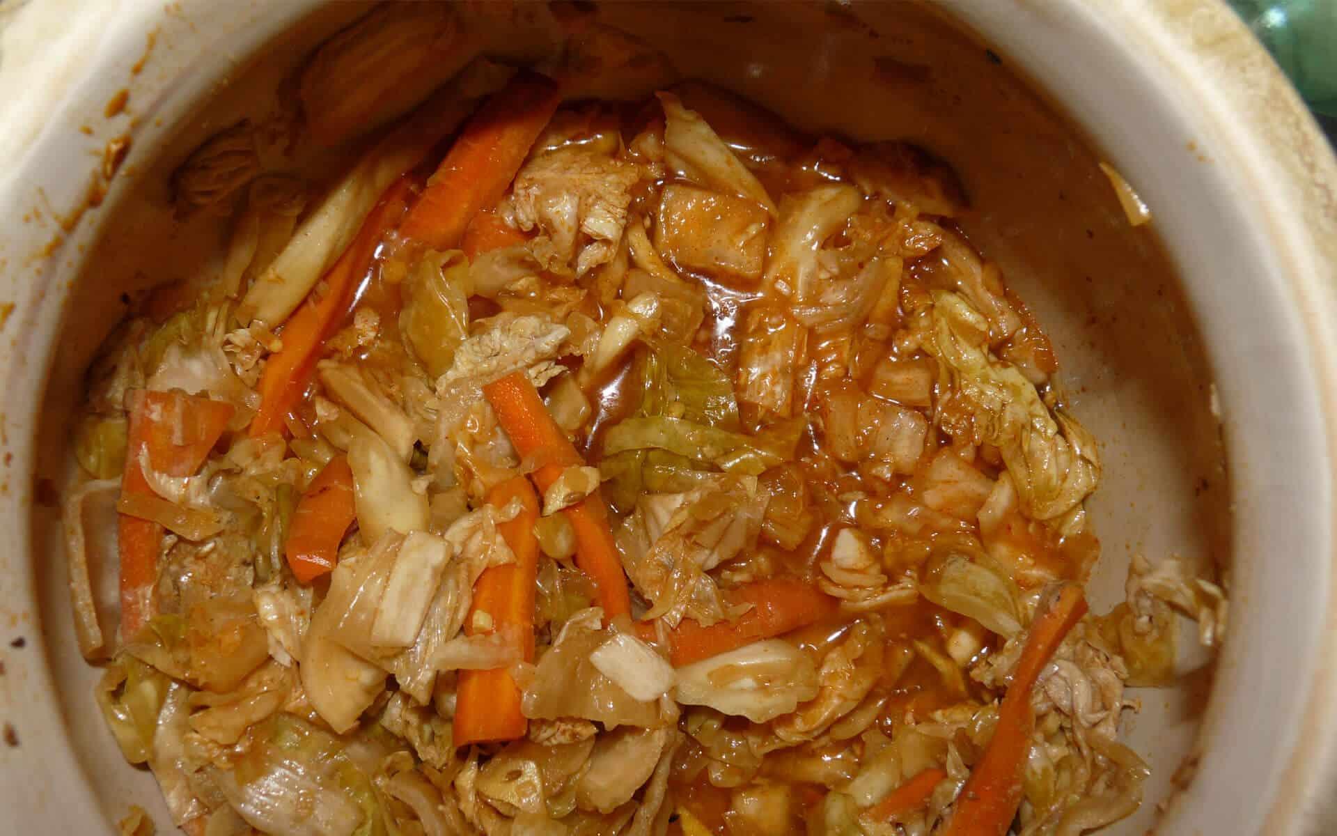 Kimchi coréen qui est une lacto-fermentation de choux chinois, carottes et divers condiments.