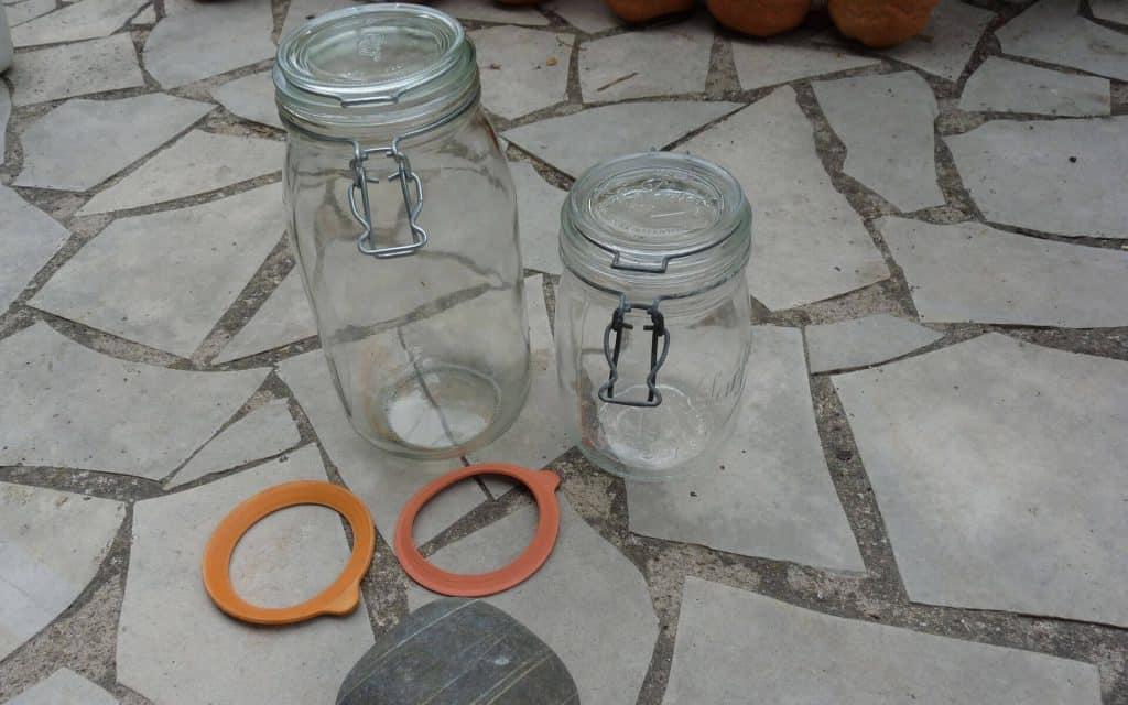 Les pots en verre avec joint hermétique sont une alternative aux jarres en grès.
