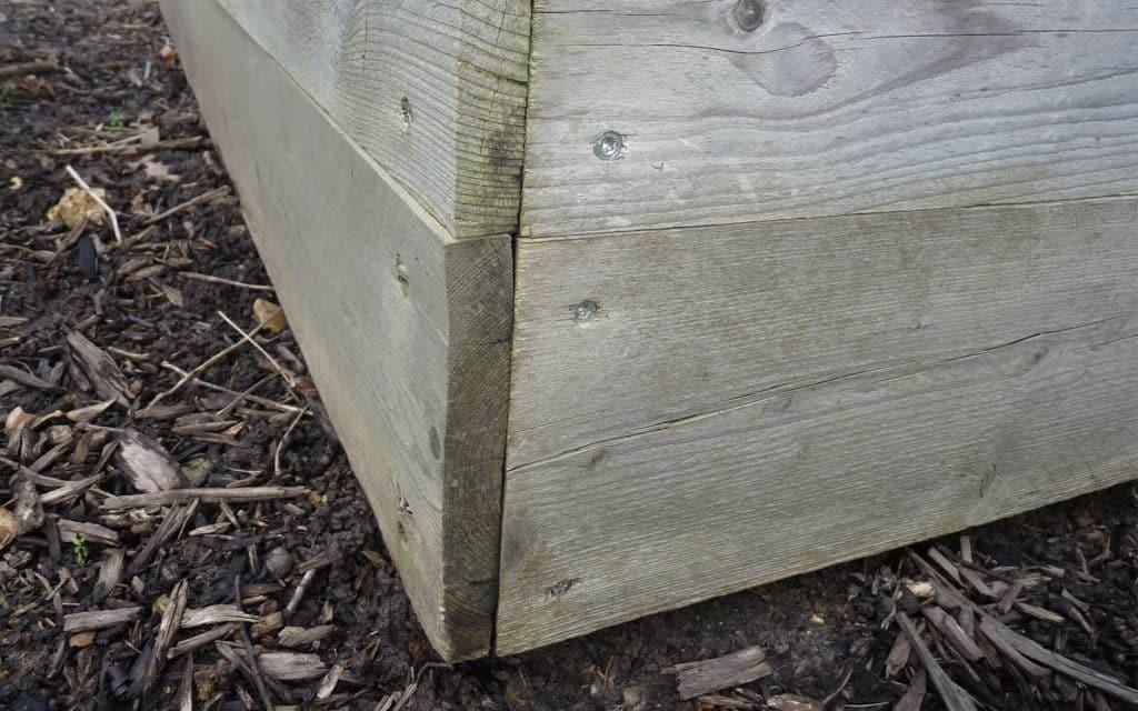 Ici, on voit bien que le carré de potager ne repose pas directement sur le sol. Les planches du bas sont en bon état.