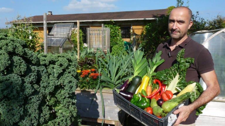 Loïc récolte un panier de légumes